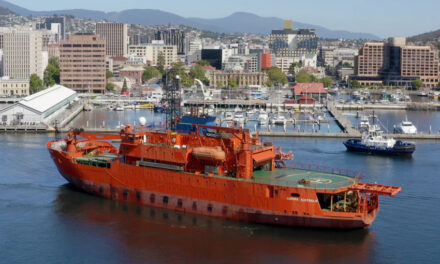 Aurora Australis leaves Hobart
