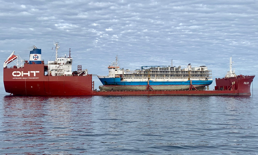 Livestock carrier Barkly Pearl being carried by heavy lift ship MV Falcon